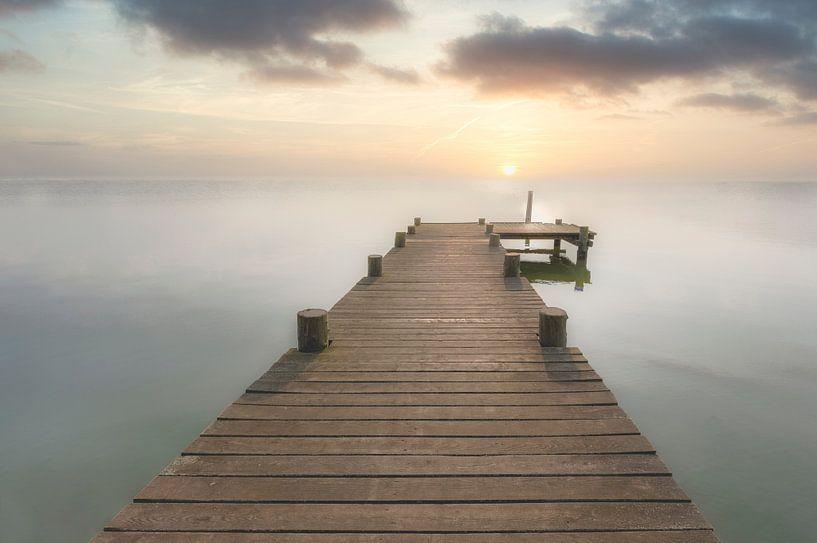 Bootssteg bei Sonnenuntergang von Uwe Merkel