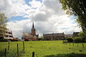 Witte wolken boven de oude kerk van Nieuwerkerk aan den IJssel van