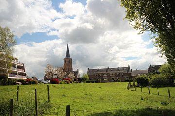 Witte wolken boven de oude kerk van Nieuwerkerk aan den IJssel