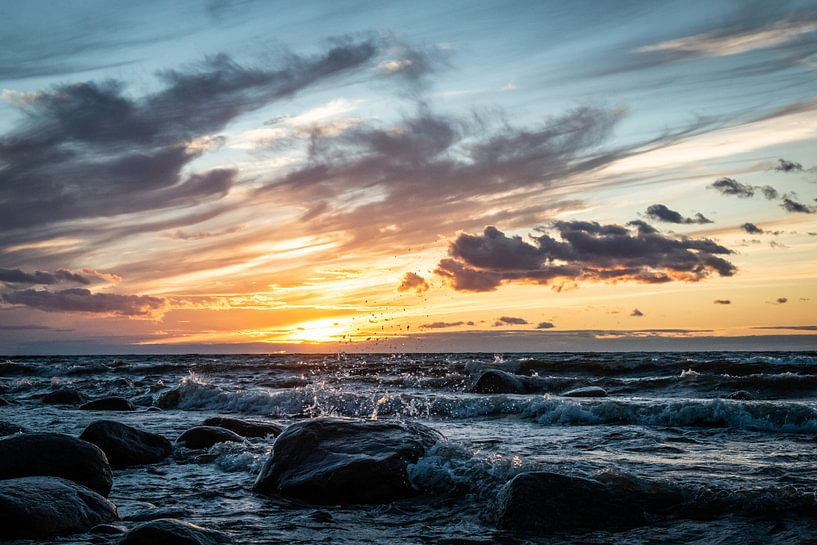 Harde wind met zonsondergang / Rough ocean during sunset van Ellis Peeters