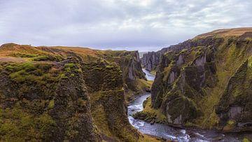 Fjaðrárgljúfur een geweldig mooie kloof in IJsland