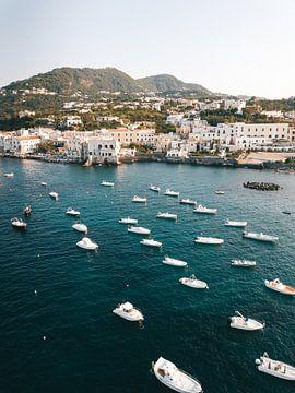 De baai van Ischia Porto vol met jacht (schepen) en bootjes op de voorgrond vanuit de lucht