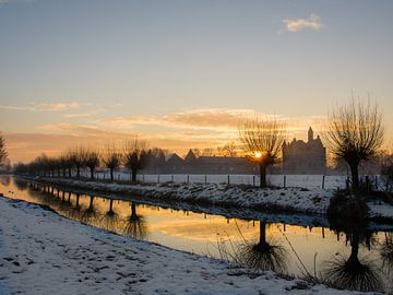 Sonnenaufgang beim Linge Fluß und Schloss Doornenburg, Niederlanden von Cynthia Derksen