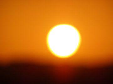 zonsondergang in de woestijn in Egypte van Marleen De Wandeleer