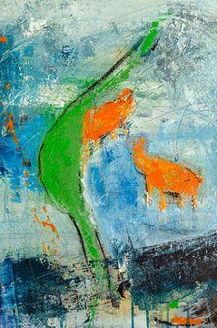 Zwei orange Kühe am grünen Fluss von
