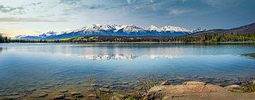 Panorama eines Bergsees an der Grenze von Kanada und Alaska von Rietje Bulthuis
