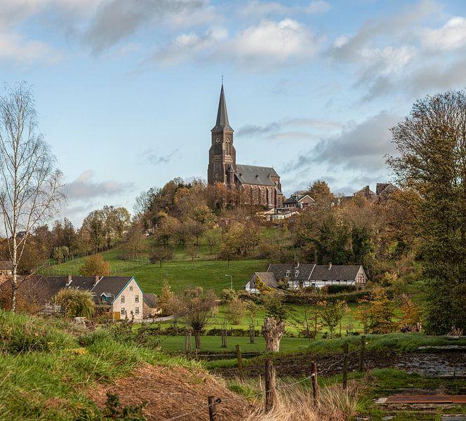 De Sint-Martinuskerk in Vijlen in herfstkleuren van John Kreukniet