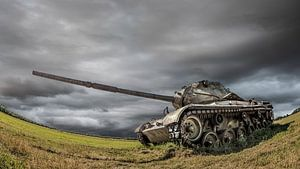 Oude tank op een veld
