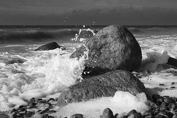 Felsen in der Brandung schwarz-weiß