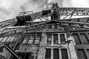 kronkelende toren in zwart-wit