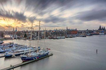 Skyline van Amsterdam tijdens de zonsondergang van Dennisart Fotografie