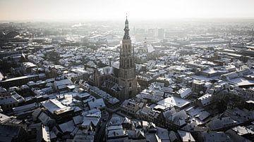 Schneebedeckte Kirche von Breda von Sebastiaan van der Ham