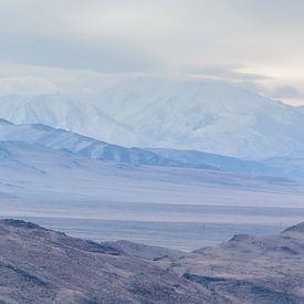 Paysage de montagne hivernal en Mongolie sur Nanda Bussers