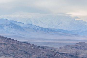 Winterliche Berglandschaft in der Mongolei von Nanda Bussers