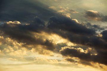schilderachtige hollandse avondlucht bij zonsondergang van