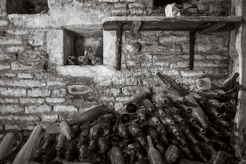 Wijnkelder in een verlaten chateau. van Patrick Löbler