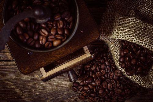 Frischen Kaffee mahlen