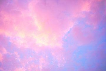 Gekleurde wolken zonsondergang  van Inge Maassen