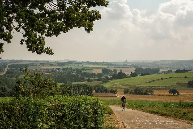 Eenzame fietser op de Gulperberg in Zuid-Limburg van John Kreukniet
