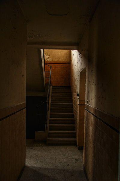 Een oude trap in een verlaten gebouw van Melvin Meijer