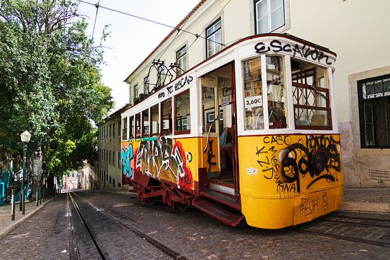 Graffiti tram Lissabon van Dennis van de Water