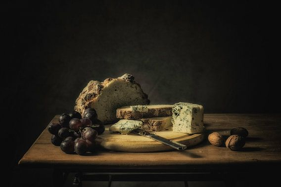 Stilleven brood, kaas en druiven