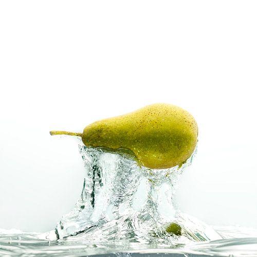 Pear in water von Sjoerd van der Hucht