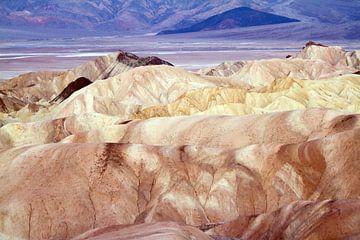 De gekleurde rotsen van Death Valley van Jolanda van Eek