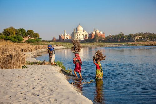 Drie vrouwen steken de yamuna rivier over bij de Taj Mahal in Agra. Wout Kok One2expose van