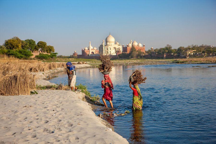 Drie vrouwen steken de yamuna rivier over bij de Taj Mahal in Agra. Wout Kok One2expose van Wout Kok