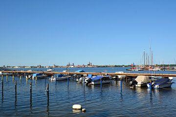 Motorboote & Segelschiffe im Hafen Altefähr von GH Foto & Artdesign