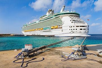 Ein großes Kreuzfahrtschiff liegt auf See an der Küste von Bonaire. von Ben Schonewille