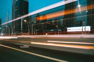 Dubai Sheikh Zayed Road am Abend (Nacht) mit dem Burj Khalife im Hintergrund von Michiel Dros