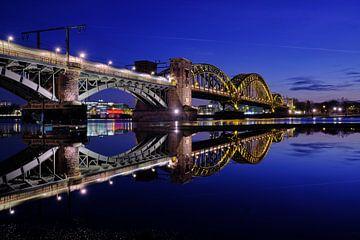 Südbrücke in Keulen aan de Rijn in de nachtelijke uren van 77pixels