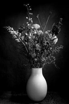 Blumenstrauß in Vase | Kunst Stillleben Fotografie in schwarz und weiß | Wandkunst drucken von Nicole Colijn