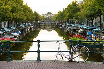 Fiets zonder wiel op een brug in Amsterdam van Dennis van de Water