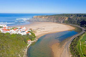 Luftaufnahme von Praia Odeceixe an der Westküste Portugals von Nisangha Masselink