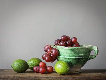 Schaal met druiven en limoenen van Karin Bazuin