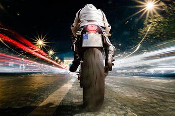 Mann auf Motorrad nachts mit hoher Geschwindigkeit von Jürgen Neugebauer | createyour.photo