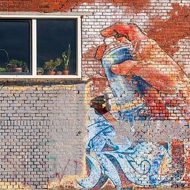 Plantenspuit op bakstenen muur van Evert Jan Luchies