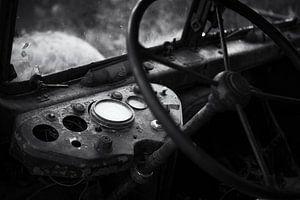 Lenkrad und Fahrerhaus Urbex-Lkw schwarz-weiß