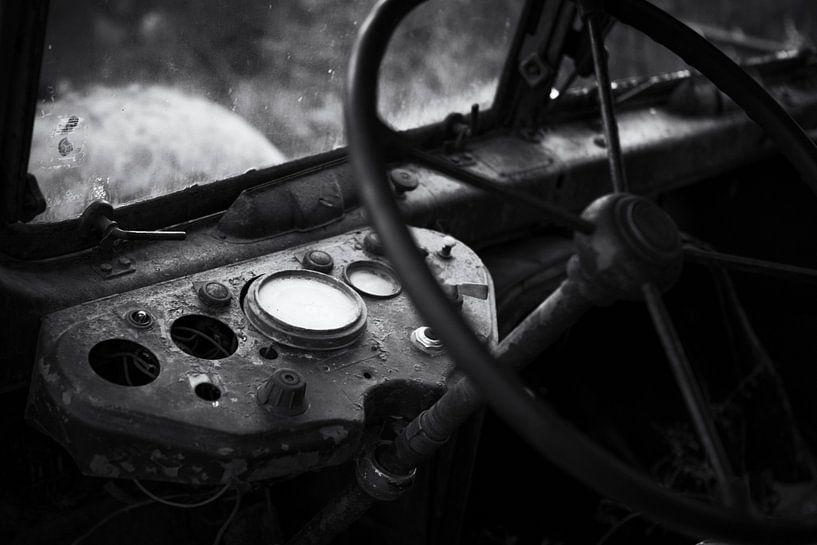 Lenkrad und Fahrerhaus Urbex-Lkw schwarz-weiß von Ger Beekes