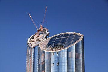 In Dubai arbeiten Arbeiter, die auf modernen Baustellen arbeiten. von Tjeerd Kruse
