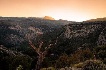 Die Sonne hinter den Bergen in Spanien von Erik Groen