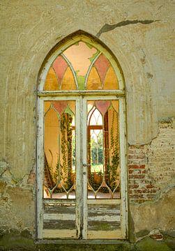 Vervallen terrasdeur met glas in loodvenster von Martine Moens