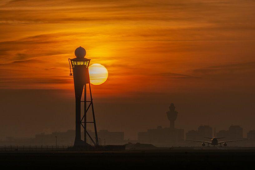 Morgenstond heeft goud in de mond! Zonsopkomst bij Schiphol gefotografeerd langs de Polderbaan. van Jaap van den Berg