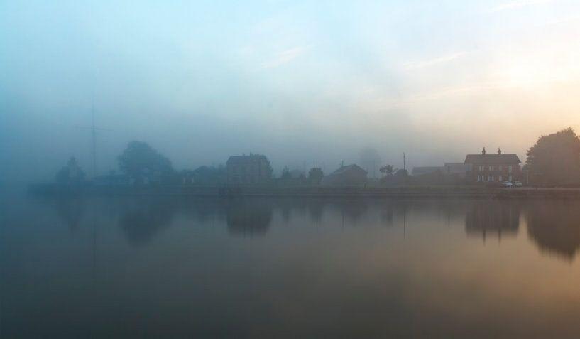 Mystery Honfleur in de mist Frankrijk van Rob van der Teen