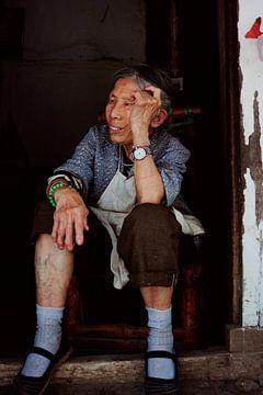 Oude Chinese vrouw starend in de verte von André van Bel