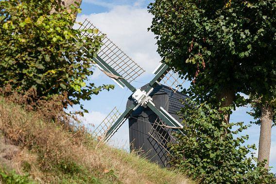 Doorkijkje naar oude Hollandse windmolen