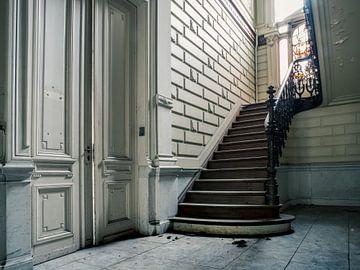 Treppe in verlassener Villa, Belgien von Art By Dominic